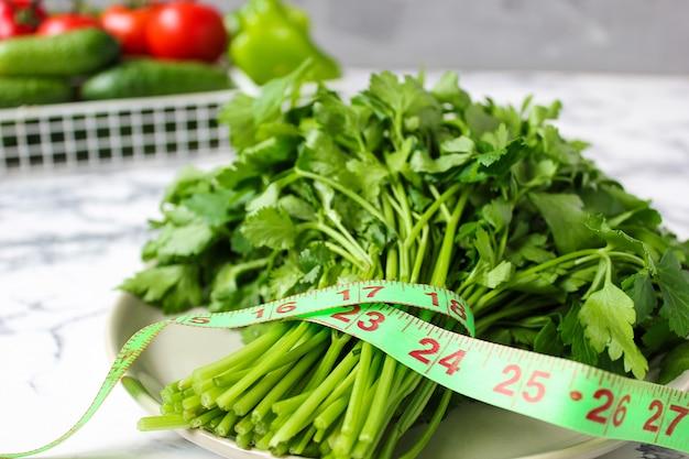 Świeża organiczna pietruszka i ogórek