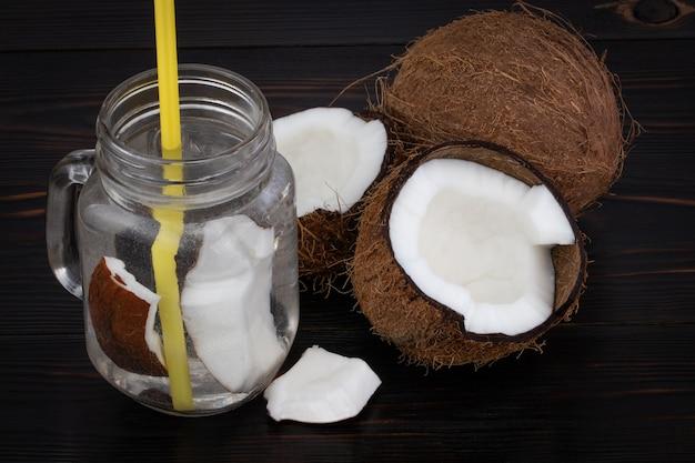 Świeża organiczna woda kokosowa w szklance. tło żywności.