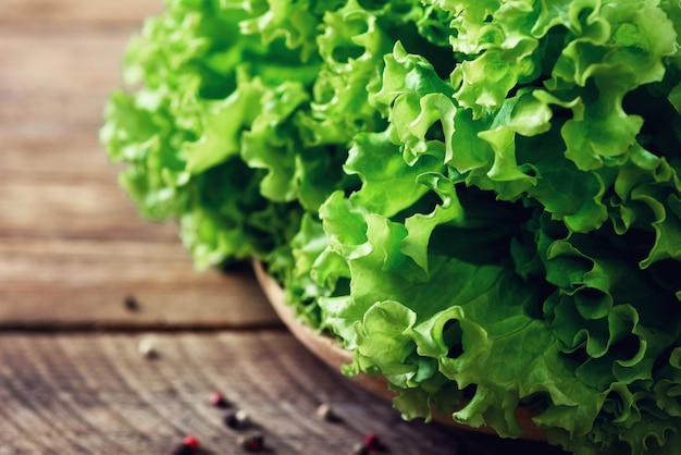 Świeża organicznie sałaty sałatka na drewnianym z pieprzem. koncepcja zdrowej żywności, surowej i wegetariańskiej