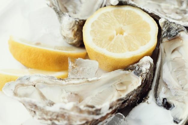 Świeża ostryga z cytryną na talerzu