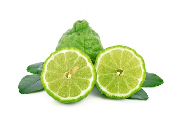 Świeża owoc bergamotki z liściem odizolowywającym