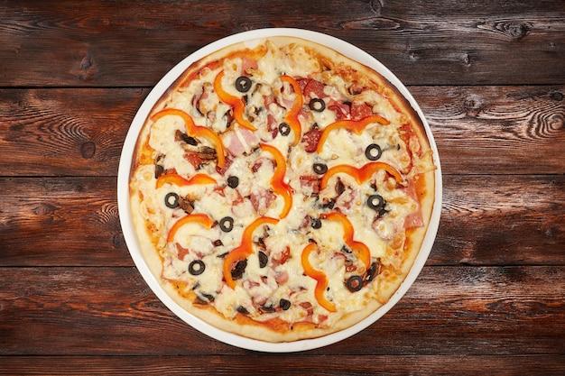 Świeża piec pizza na drewnianej powierzchni
