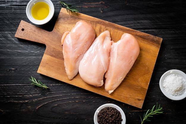 Świeża pierś z kurczaka surowa