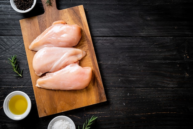 Świeża pierś z kurczaka, surowa