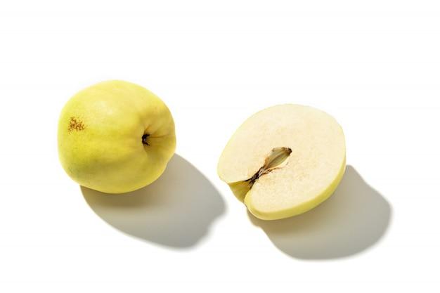 Świeża pigwy owoc odizolowywająca na białym tle