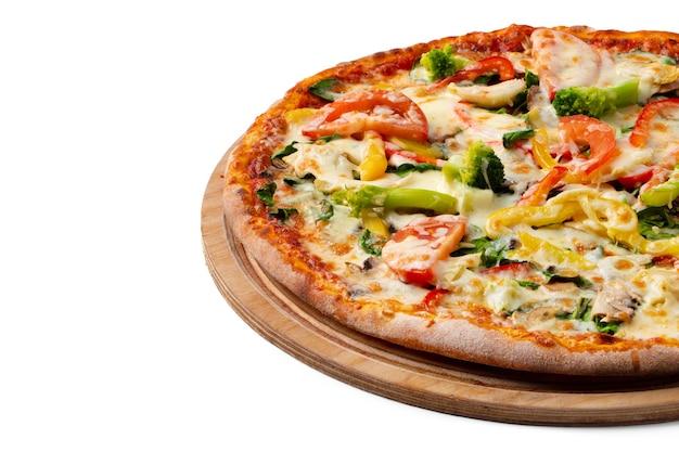 Świeża pizza na desce na białym tle