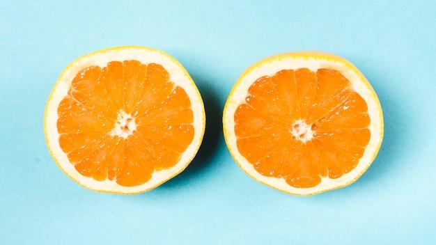 Świeża pokrojona pomarańcze na lekkim tle