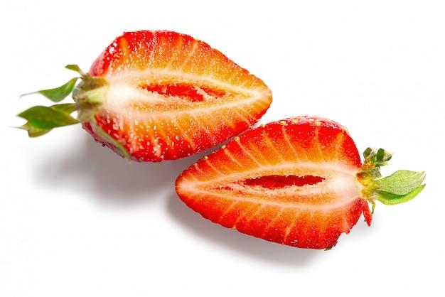 Świeża połówki truskawka odizolowywająca