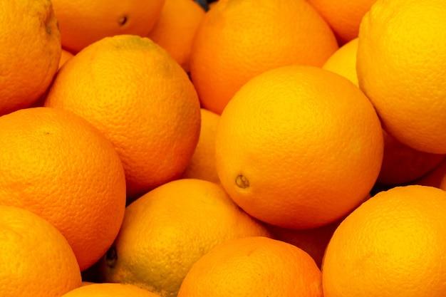 Świeża pomarańcza do sprzedaży na rynku. produkt rolno-owocowy