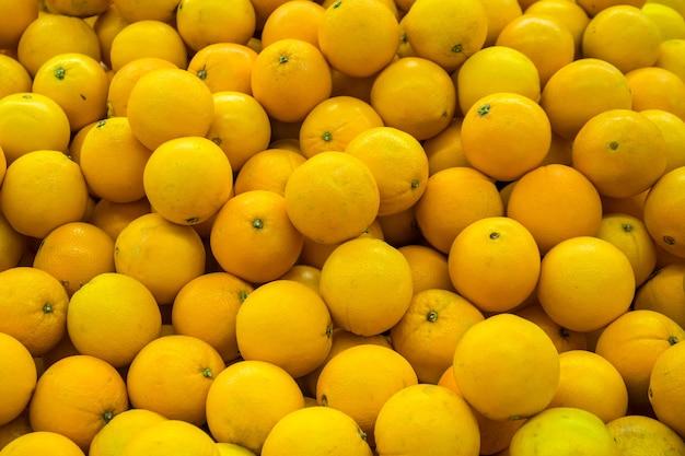 Świeża pomarańcza do sprzedaży na rynku. produkt rolno-owocowy.