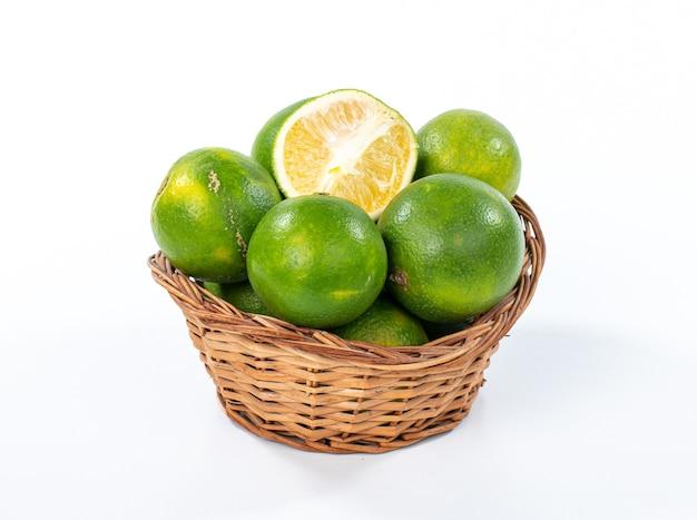 Świeża pomarańcza organiczna na białym tle