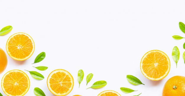 Świeża pomarańczowa cytrus owoc z liśćmi odizolowywającymi na białym tle