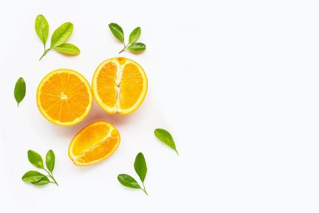 Świeża pomarańczowa cytrus owoc z liśćmi odizolowywającymi na bielu.