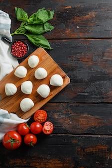 Świeża pomidorowa ser mozzarella z liści bazylii