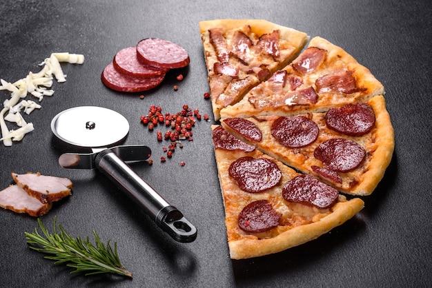 Świeża pyszna pizza pieczona w piecu paleniskowym z czterema rodzajami mięsa i kiełbasą.