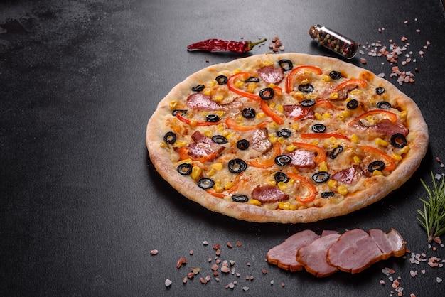 Świeża pyszna pizza pieczona w piecu paleniskowym z oliwkami