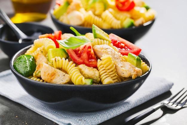 Świeża robić włoska makaron sałatka z kurczakiem