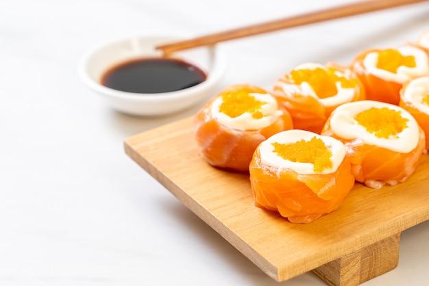 Świeża rolka sushi z łososia z majonezem i jajkiem krewetkowym