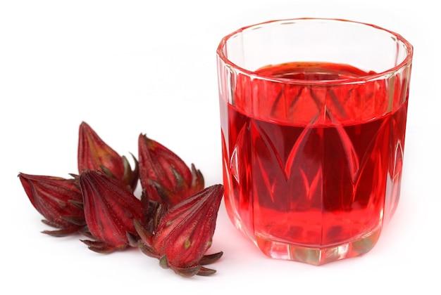 Świeża roselle z sokiem na białym tle