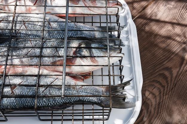Świeża ryba, labraks, doprawiona przyprawami, czosnkiem i solą.