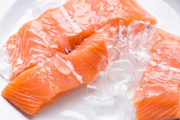 Świeża ryba łososia na lodzie, owoce morza z surowego fileta z łososia na sashimi