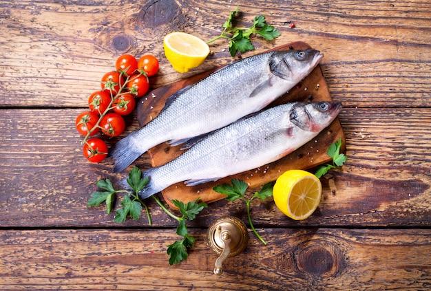 Świeża ryba okoń morski na drewnianym stole, widok z góry