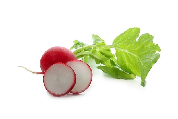 Świeża rzodkiew czerwona na białym tle
