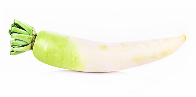 Świeża rzodkiewka na białym tle