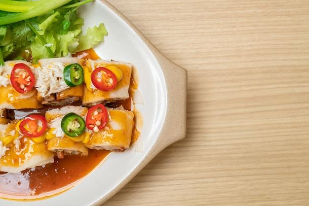 Świeża sajgonka z krabem i sosem i vagetable - zdrowy styl jedzenia