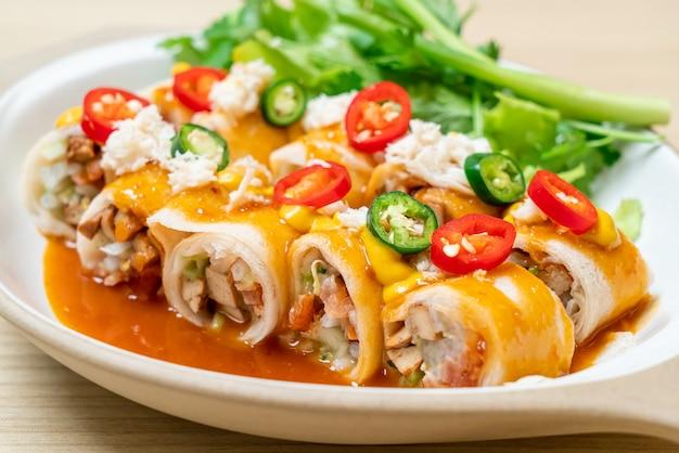 Świeża sajgonka z krabem i sosem i vagetable