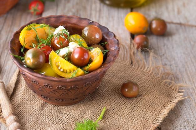 Świeża sałatka caprese z pomidorami koktajlowymi. zdrowa sałatka z bazylią i mozzarellą. dietetyczne jedzenie. dieta ketonowa.