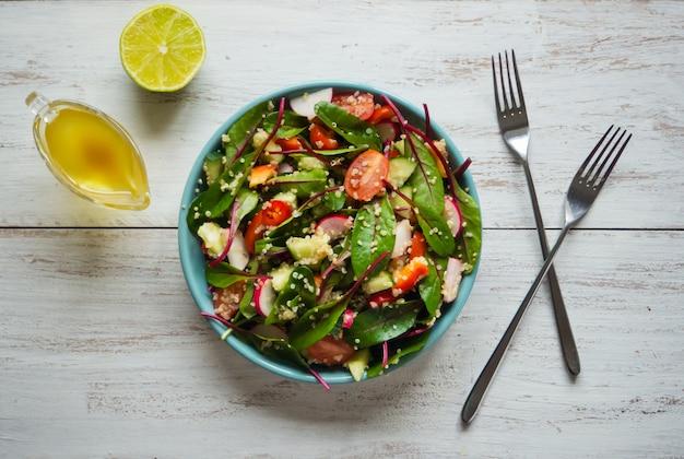 Świeża sałatka chard z komosą ryżową i pomidorami. warzywa organiczne.