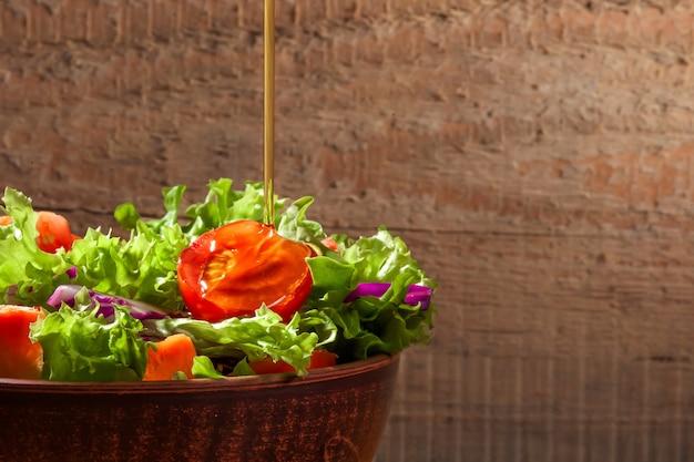 Świeża sałatka na drewnianym stole
