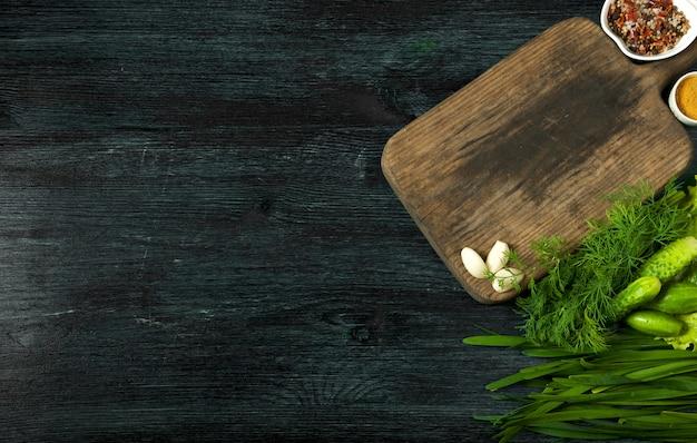 Świeża sałatka w talerzu na ciemnej powierzchni.