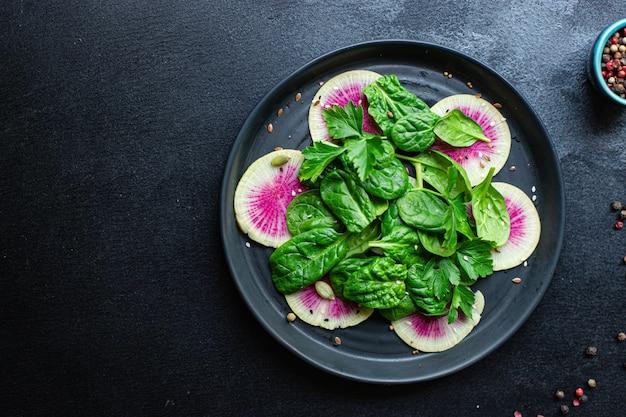 Świeża sałatka z arbuza rzodkiewka chiński daikon plastry diety keto lub paleo