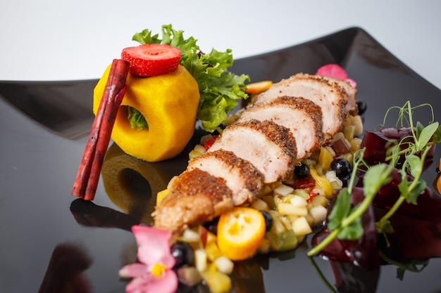 Świeża sałatka z filetu z kaczki z owocami, zielenią i cynamonem.