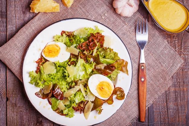 Świeża sałatka z jajkiem i parmezanem