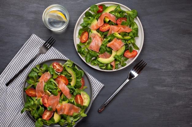 Świeża sałatka z łososia, pomidorów i awokado