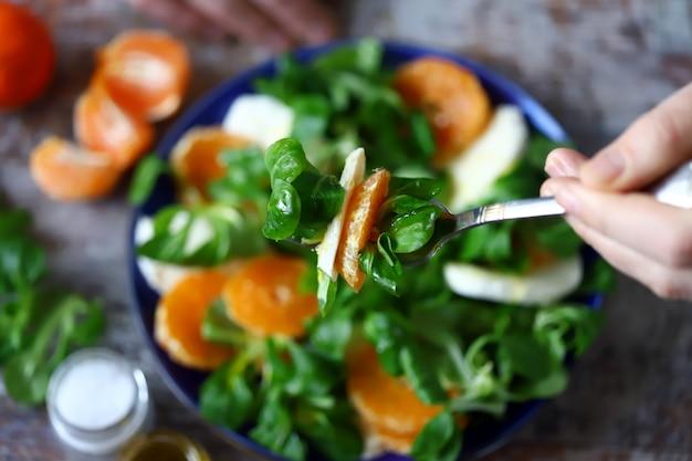 Świeża sałatka z mandarynką i mozzarellą. koncepcja zdrowej diety. jedzenie wegetariańskie.
