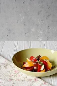 Świeża sałatka z mozzarelli i pomidorów z aromatycznym dressingiem