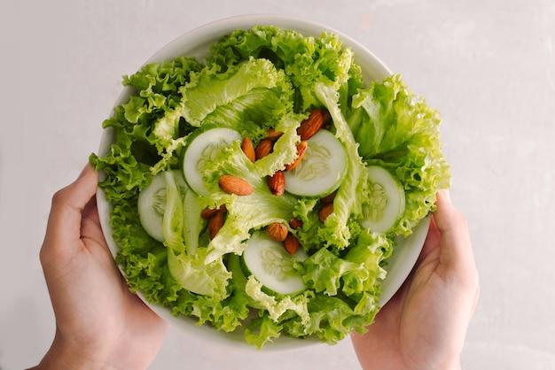 Świeża sałatka z pomidorami, ogórkami i sałatą