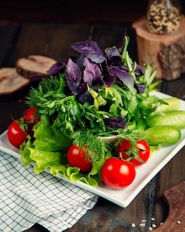Świeża sałatka z pomidorem, ogórkiem i zieleniną