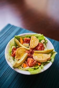 Świeża sałatka z sałatą, kurczakiem i warzywami