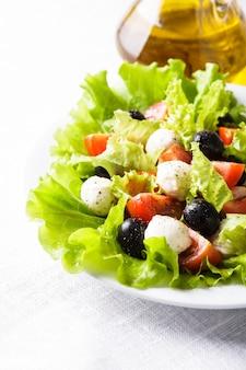 Świeża sałatka z serem mozarella i warzywami
