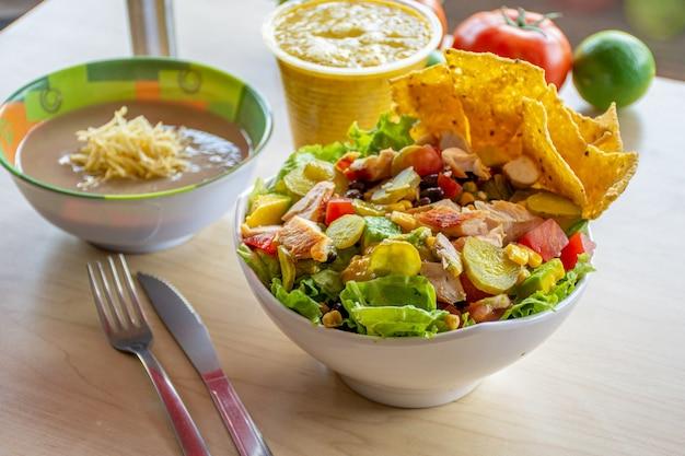 Świeża sałatka z zupą podawana do stołu