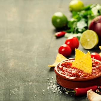 Świeża salsa z frytkami nachos