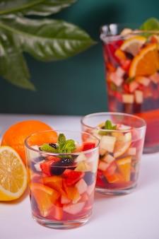 Świeża sangria z czerwonego wina lub poncz z owocami i jagodami.