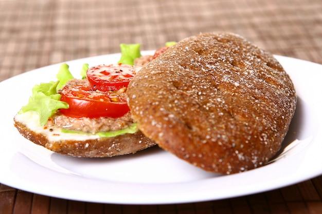 Świeża sanswich z tuńczykiem i warzywami