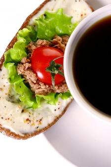 Świeża sanswich z tuńczykiem, warzywami i kawą