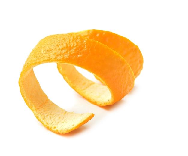 Świeża skórka pomarańczowa na białej powierzchni